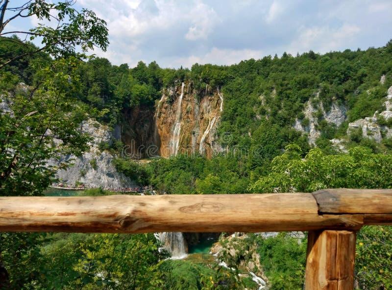 Πανοραμική απόμακρη άποψη σχετικά με το μεγάλο καταρράκτη στις λίμνες Plitvice στην Κροατία Ο ξύλινος φράκτης είναι ορατός στοκ εικόνα με δικαίωμα ελεύθερης χρήσης