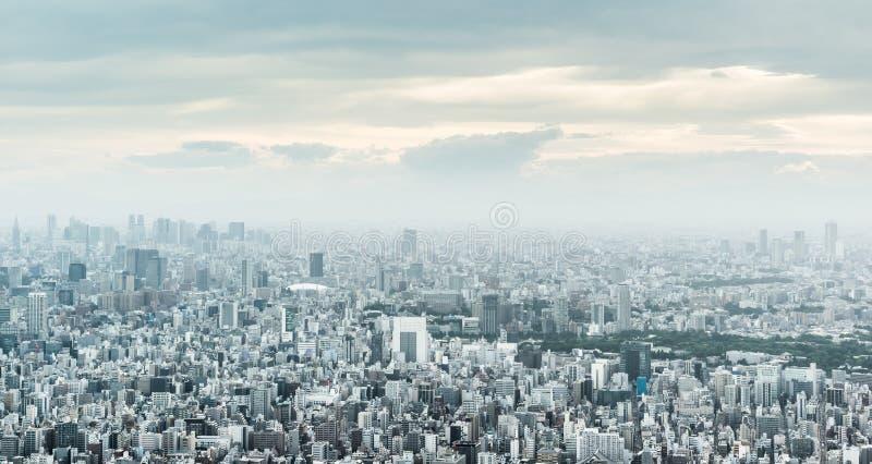 Πανοραμική αστική εναέρια άποψη οριζόντων πόλεων κάτω από τον ουρανό λυκόφατος και το χρυσό ήλιο στο Τόκιο, Ιαπωνία στοκ εικόνα