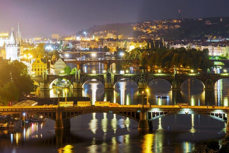 Πανοραμική γέφυρα νύχτας στην Πράγα cesky τσεχική πόλης όψη δημοκρατιών krumlov μεσαιωνική παλαιά στοκ εικόνες