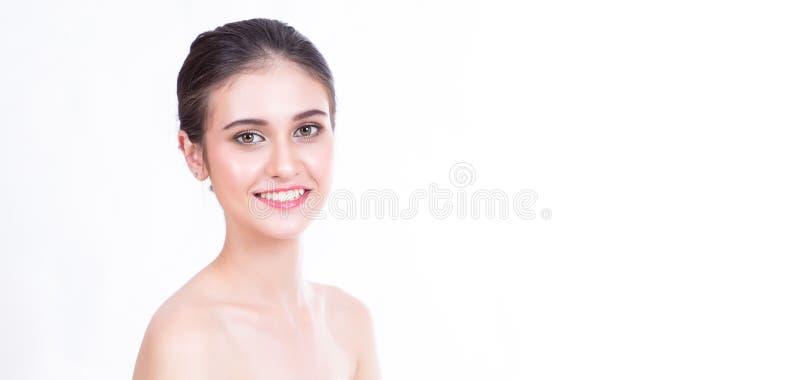 Πανοραμική εικόνα εμβλημάτων της χαμογελώντας όμορφης νέας ασιατικής γυναίκας με το καθαρό φρέσκο δέρμα Cosmetology, ομορφιά και  στοκ εικόνα με δικαίωμα ελεύθερης χρήσης
