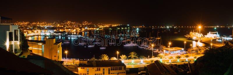 Πανοραμική εικόνα νύχτας της πόλης Mindelo στο λυκόφως Πόλη λιμένων με πολλές βάρκες στη λιμνοθάλασσα στο Πράσινο Ακρωτήριο, Σάο στοκ εικόνες