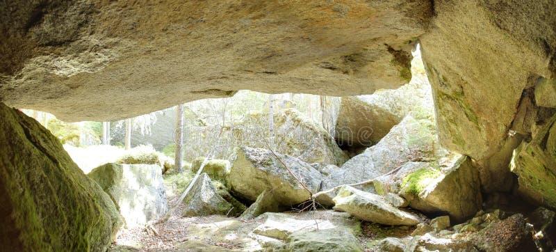 Πανοραμική εικόνα HDR της σπηλιάς κάτω από έναν μεγάλο βράχο στη Σουηδία στοκ φωτογραφία