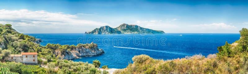 Πανοραμική εναέρια άποψη με το νησί Capri, Ιταλία στοκ φωτογραφία με δικαίωμα ελεύθερης χρήσης