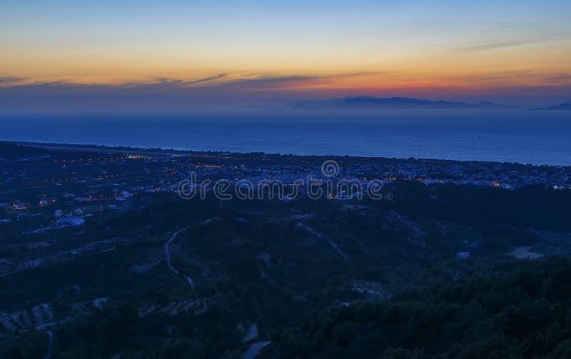 Πανοραμική εναέρια άποψη σχετικά με την κοιλάδα και την πόλη, τις φυτείες και τα χωριά στο νησί της Ρόδου στη βαθιά νύχτα Φυσικό  στοκ εικόνα