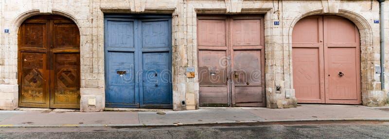 Πανοραμική θέα πολύχρωμων παλιών θυρών σε μια ήσυχη γειτονιά της πόλης στη Ρουέν στοκ φωτογραφία με δικαίωμα ελεύθερης χρήσης