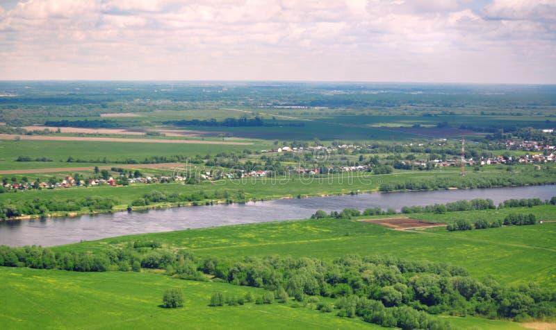 Πανοραμική πανοραμική θέα του φυσικού τοπίου: ποταμός, τομείς στοκ φωτογραφία με δικαίωμα ελεύθερης χρήσης