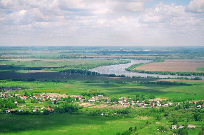 Πανοραμική πανοραμική θέα του φυσικού τοπίου: ποταμός, τομείς στοκ φωτογραφίες με δικαίωμα ελεύθερης χρήσης