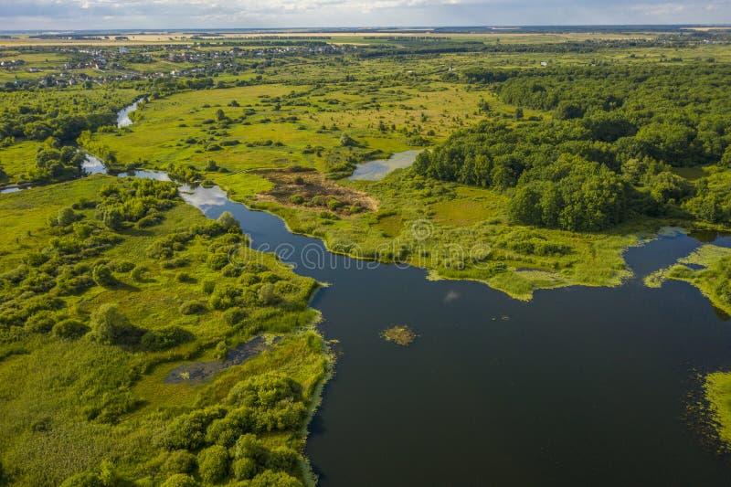 Πανοραμική θέα των κάμψεων των λιβαδιών και των τομέων ποταμών στοκ φωτογραφίες με δικαίωμα ελεύθερης χρήσης