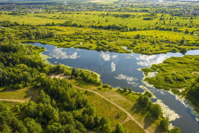 Πανοραμική θέα των κάμψεων των λιβαδιών και των τομέων ποταμών στοκ εικόνες