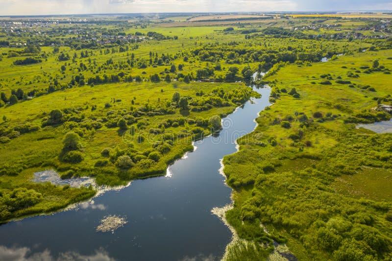 Πανοραμική θέα των κάμψεων των λιβαδιών και των τομέων ποταμών στοκ εικόνες με δικαίωμα ελεύθερης χρήσης