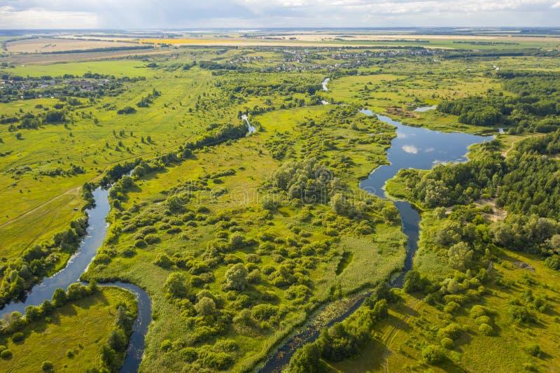 Πανοραμική θέα των κάμψεων των λιβαδιών και των τομέων ποταμών στοκ εικόνα