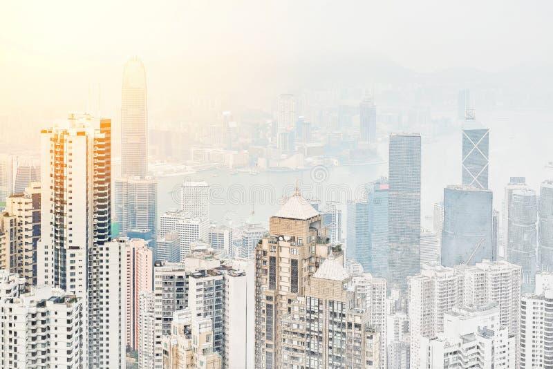 Πανοραμική σύγχρονη άποψη οικοδόμησης εικονικής παράστασης πόλης συρμένης απεικόνισης σκίτσων μιγμάτων Χονγκ Κονγκ της χέρι διανυσματική απεικόνιση