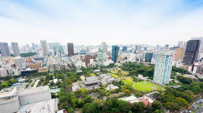 Πανοραμική σύγχρονη εναέρια άποψη ματιών πουλιών οριζόντων πόλεων με τη λάρνακα ναών zojo-ji από τον πύργο του Τόκιο κάτω από τη  στοκ εικόνες με δικαίωμα ελεύθερης χρήσης
