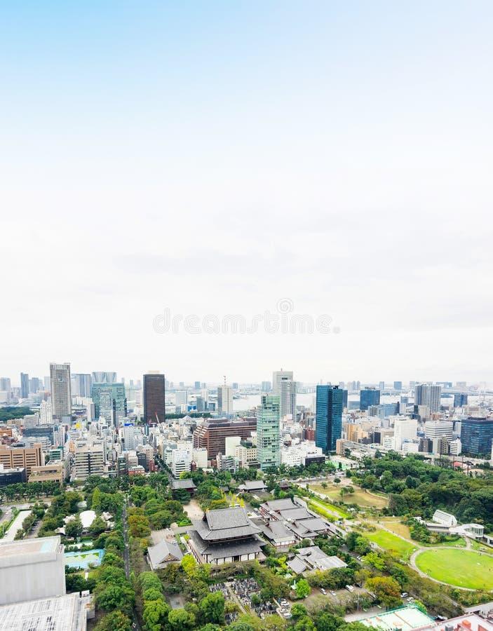 Πανοραμική σύγχρονη εναέρια άποψη ματιών πουλιών οριζόντων πόλεων με τη λάρνακα ναών zojo-ji από τον πύργο του Τόκιο κάτω από τη  στοκ εικόνες