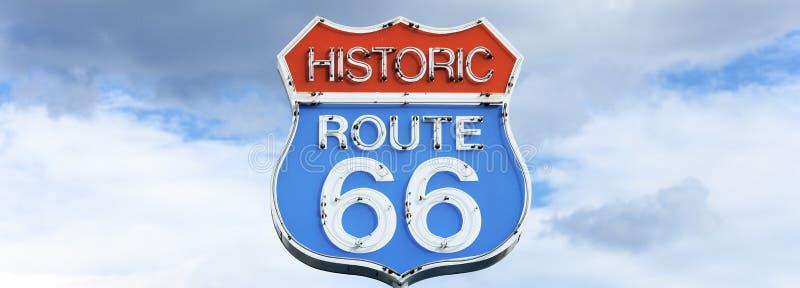 Πανοραμική όψη της διάσημης διαδρομής 66 σημάδι στοκ φωτογραφία