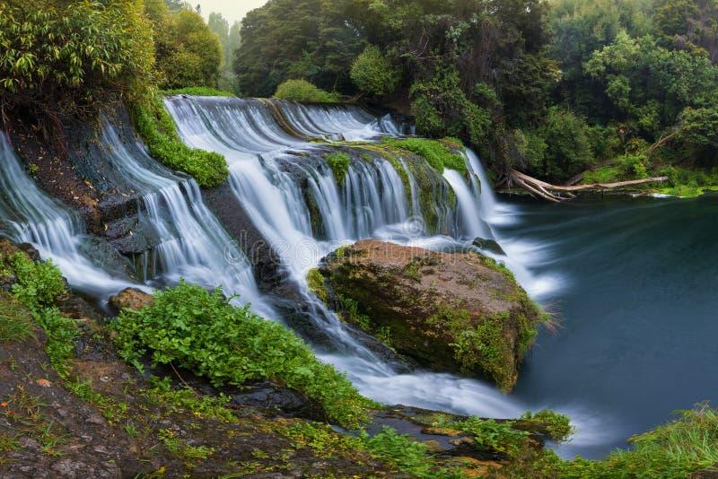 Πανοραμικοί τοπίο/καταρράκτης φωτογραφιών που κρύβεται στην τροπική ζούγκλα που περιβάλλεται από μια φυσική πισίνα με το σαφές γλ στοκ φωτογραφίες