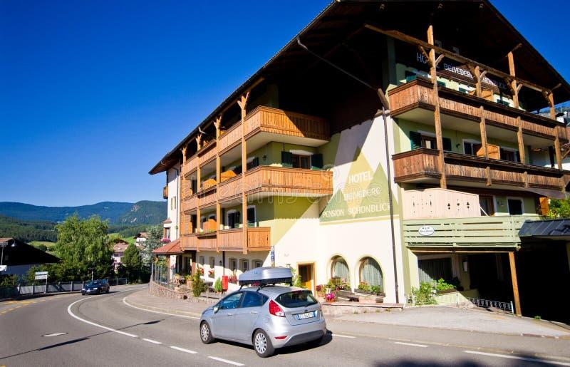 Πανοραμικός πυργίσκος ξενοδοχείων σε Castelrotto, Ιταλία στοκ εικόνες