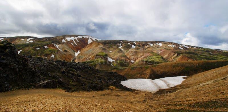 Πανοραμικός των θαυμάσιων ζωηρόχρωμων ηφαιστειακών βουνών στο πάρκο Landmannalaugar Ισλανδία κοιλάδων στο θερινό χρόνο στοκ φωτογραφίες