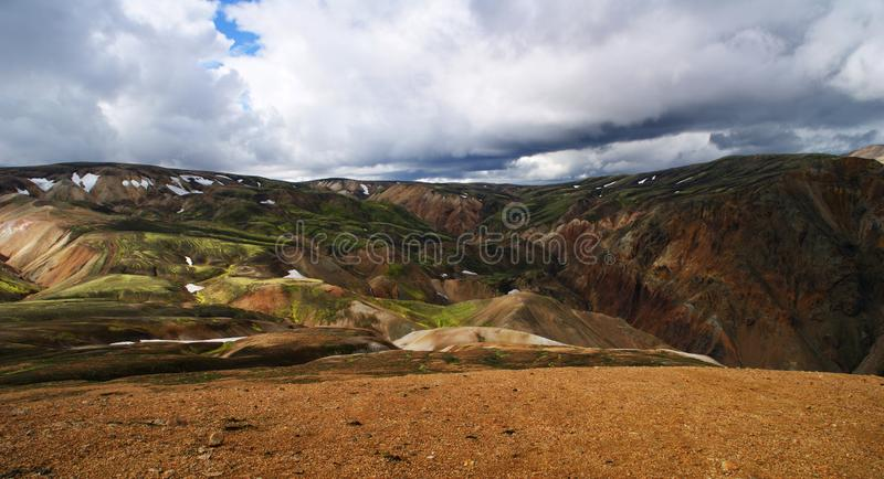 Πανοραμικός των θαυμάσιων ζωηρόχρωμων ηφαιστειακών βουνών στο πάρκο Landmannalaugar Ισλανδία κοιλάδων στο θερινό χρόνο στοκ εικόνες με δικαίωμα ελεύθερης χρήσης