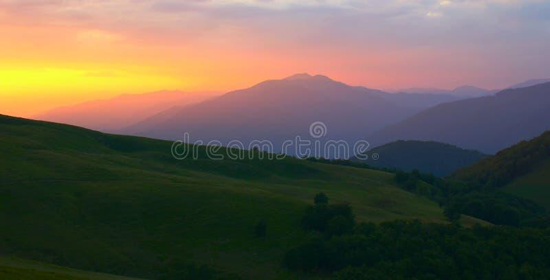 Πανοραμικό θερινό τοπίο, πανέμορφη άποψη πρωινού στα βουνά στο φως του ήλιου αυγής, καταπληκτική ζωηρόχρωμη εικόνα φύσης, ταξίδι  στοκ εικόνα