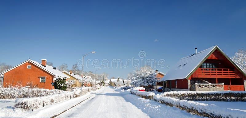 Σουηδικό χειμερινό εξοχικό σπίτι στο πανοραμικό τοπίο στοκ φωτογραφία με δικαίωμα ελεύθερης χρήσης