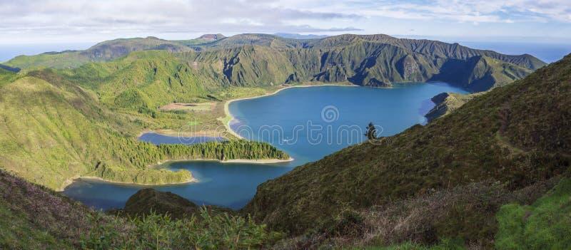Πανοραμικό τοπίο με την όμορφη μπλε λίμνη Lagoa do Fogo κρατήρων από την άποψη Miradouro DA Lagoa do Fogo Λίμνη στοκ φωτογραφία