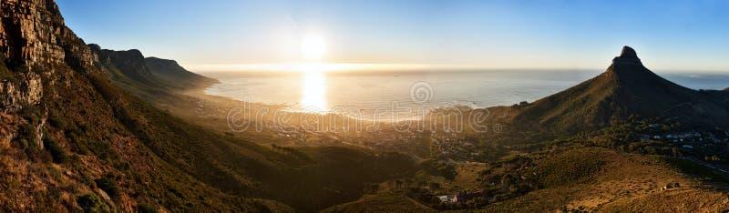 Πανοραμικό τοπίο του ωκεανού και των βουνών ηλιοβασιλέματος στο Καίηπ Τάουν στοκ φωτογραφίες