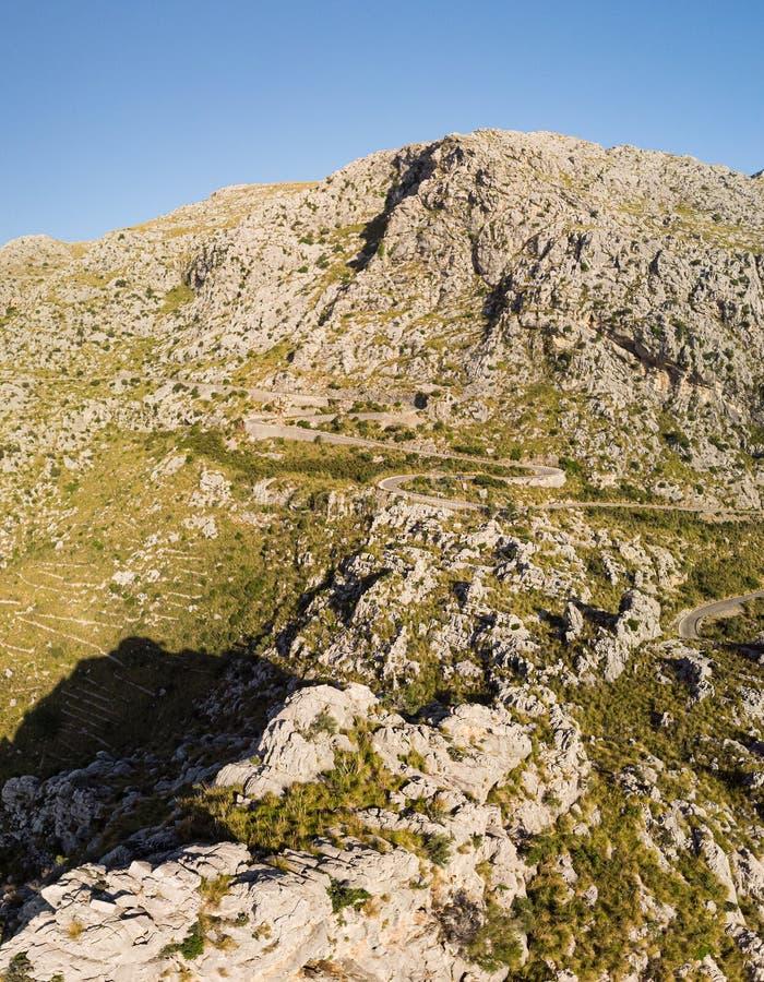Πανοραμικό τοπίο Hairpin δρόμος στροφής μεταξύ των δύσκολων βουνών Τρόπος στην παραλία Sa Calobra, Μαγιόρκα, Βαλεαρίδες Νήσοι στοκ φωτογραφία με δικαίωμα ελεύθερης χρήσης