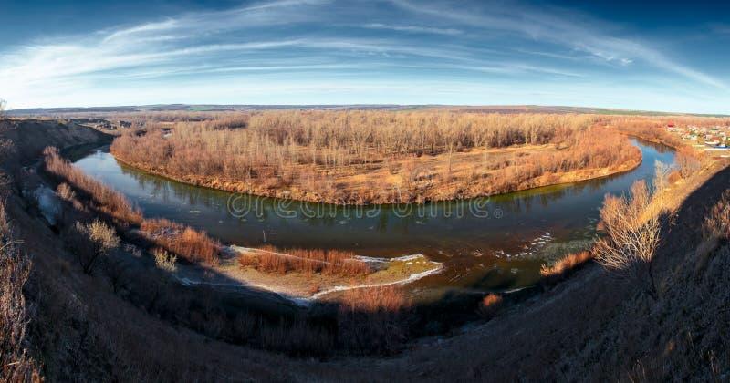 Πανοραμικό όμορφο τοπίο φύσης του ποταμού καταστροφών πάγου στοκ εικόνες