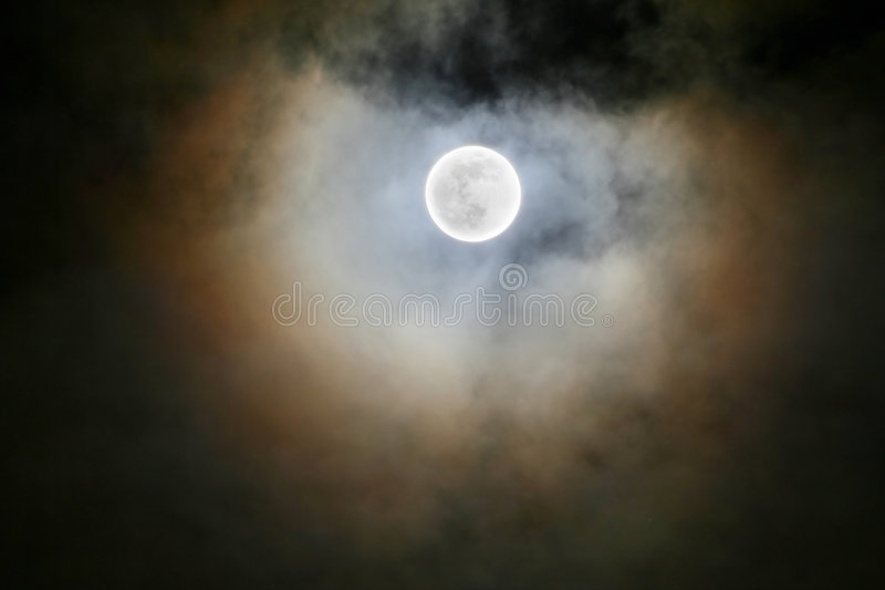 Πανσέληνος κάτω από το σύννεφο στοκ φωτογραφία με δικαίωμα ελεύθερης χρήσης