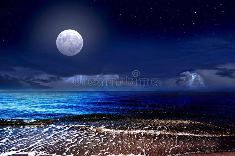 Πανσέληνος πέρα από τη θάλασσα και τον έναστρο ουρανό στοκ εικόνα