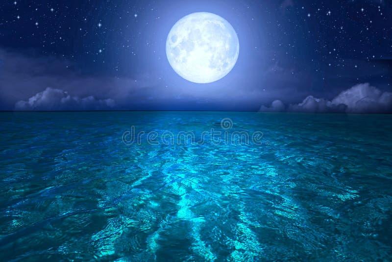 Πανσέληνος πέρα από τη θάλασσα και τον έναστρο ουρανό στοκ εικόνες με δικαίωμα ελεύθερης χρήσης