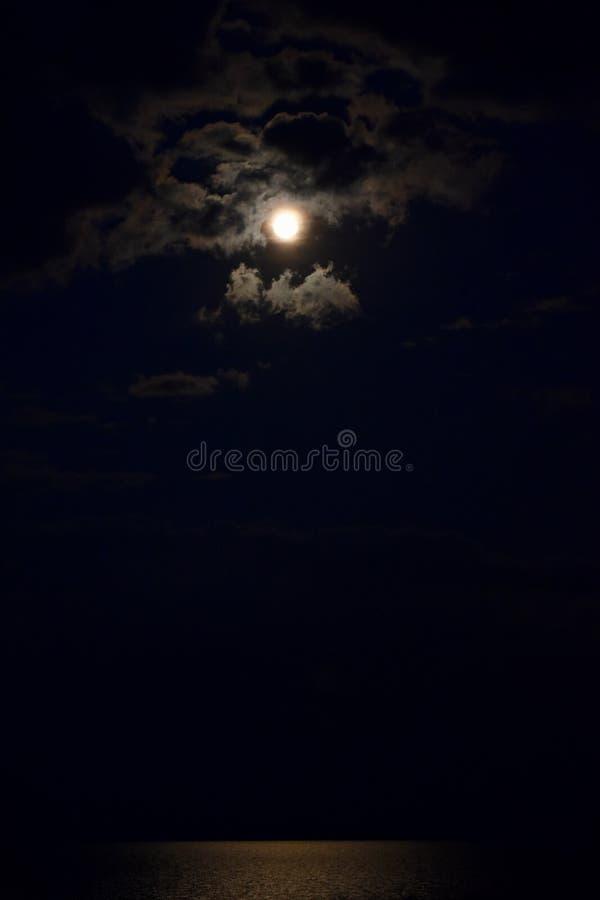 Πανσέληνος σε μια νεφελώδη νύχτα στοκ φωτογραφία με δικαίωμα ελεύθερης χρήσης
