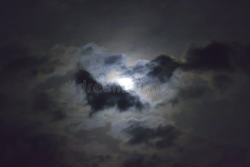 Πανσέληνος στο σύννεφο στοκ φωτογραφίες με δικαίωμα ελεύθερης χρήσης