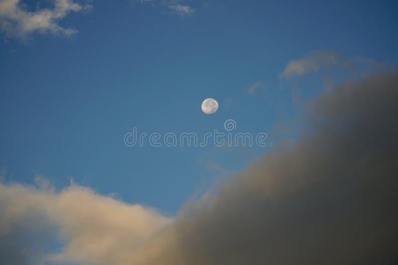 Πανσέληνος στο υπόβαθρο μπλε ουρανού στοκ εικόνα με δικαίωμα ελεύθερης χρήσης