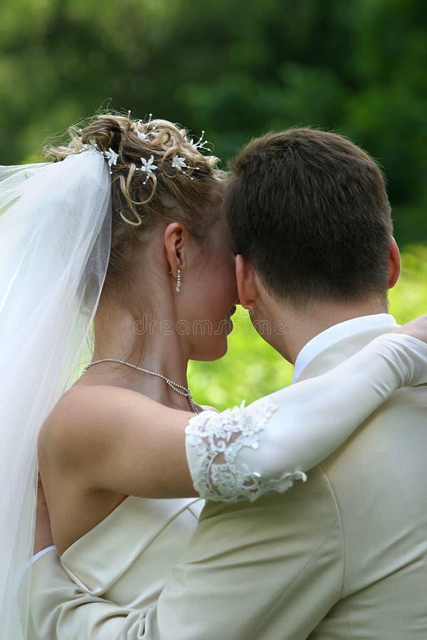 παντρεμένο πρόσφατα ζευγάρι στοκ εικόνες