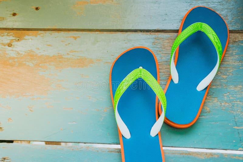 Παντόφλες στον μπλε ξύλινο χρόνο πατωμάτων, ταξιδιού και διακοπών στοκ φωτογραφία με δικαίωμα ελεύθερης χρήσης