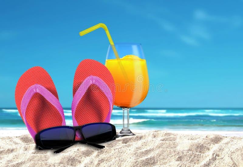 Παντόφλα με τα sungalsses και τα ποτά σε μια παραλία στοκ φωτογραφία με δικαίωμα ελεύθερης χρήσης