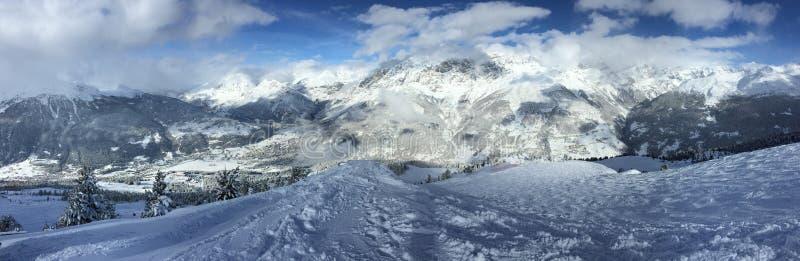 Πανόραμα βουνών Άλπεων χιονιού, που συλλαμβάνεται σε Bormio, Ιταλία στοκ φωτογραφία