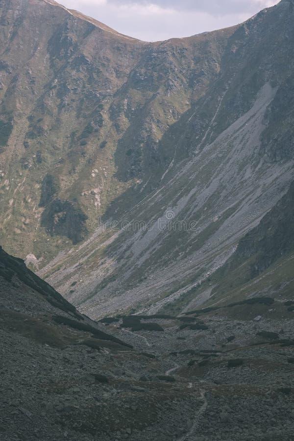 πανόραμα βουνών από την κορυφή της αιχμής Banikov στα σλοβάκικα βουνά Tatra με το δύσκολο τοπίο και τις σκιές των οδοιπόρων στη φ στοκ φωτογραφία