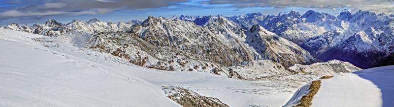 Πανόραμα βουνών από την κορυφή του υποστηρίγματος Elbrus στοκ εικόνα με δικαίωμα ελεύθερης χρήσης