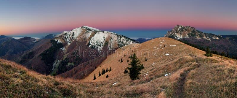 Πανόραμα βουνών πριν από την ανατολή στη Σλοβακία στοκ εικόνες