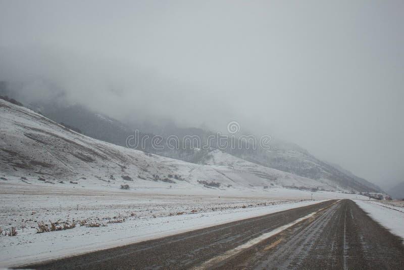 Πανόραμα βουνών χιονιού και δρόμος χιονιού στοκ εικόνα