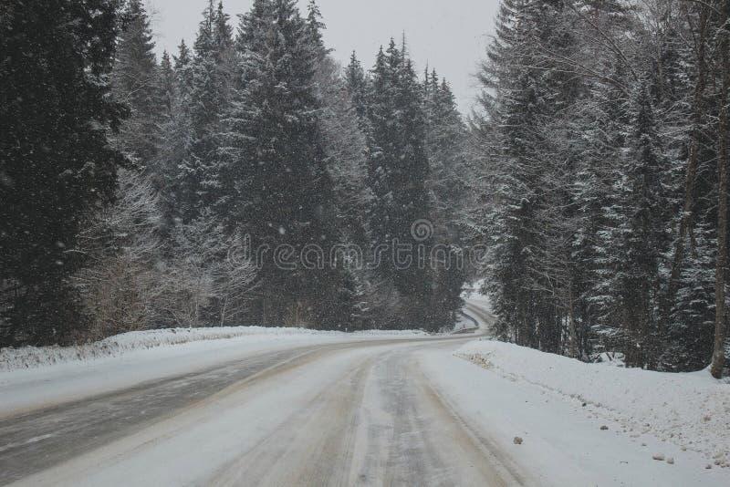 Πανόραμα βουνών χιονιού και δρόμος χιονιού στοκ εικόνες