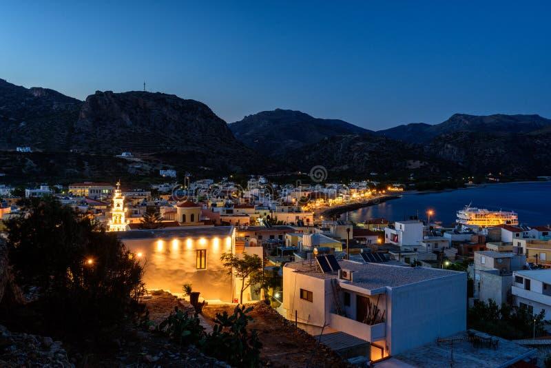 Πανόραμα βραδιού της πόλης Paleochora, που βρίσκεται στο δυτικό μέρος του νησιού της Κρήτης, Ελλάδα στοκ φωτογραφία με δικαίωμα ελεύθερης χρήσης