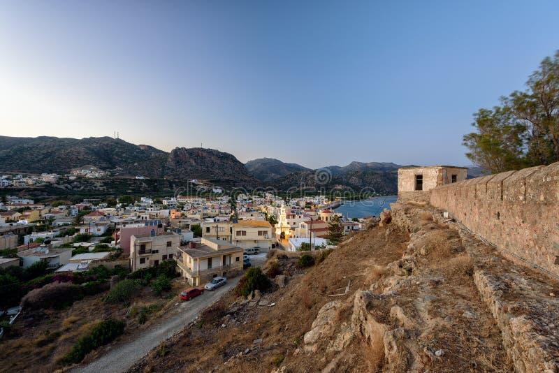 Πανόραμα βραδιού της πόλης Paleochora, που βρίσκεται στο δυτικό μέρος του νησιού της Κρήτης, Ελλάδα στοκ εικόνα με δικαίωμα ελεύθερης χρήσης