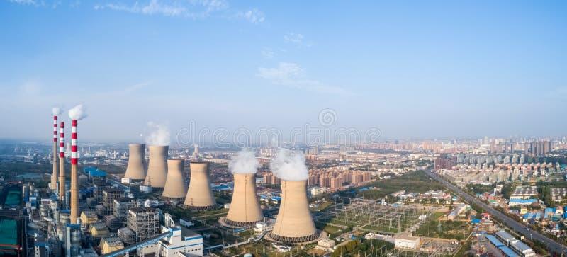 Πανόραμα εγκαταστάσεων θερμικής παραγωγής ενέργειας στοκ εικόνες με δικαίωμα ελεύθερης χρήσης