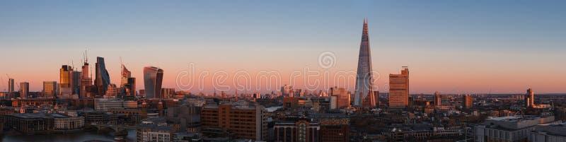 Πανόραμα εικονικής παράστασης πόλης του Λονδίνου στο ηλιοβασίλεμα με τους σύγχρονους ουρανοξύστες στοκ εικόνα