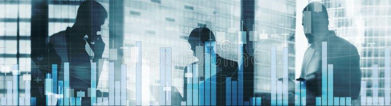 Πανόραμα εμβλημάτων επιγραφών ιστοχώρου Τρεις επιχειρηματίες υπογράφουν μια σύμβαση Γραφική παράσταση χρηματιστηρίου και διάγραμμ απεικόνιση αποθεμάτων