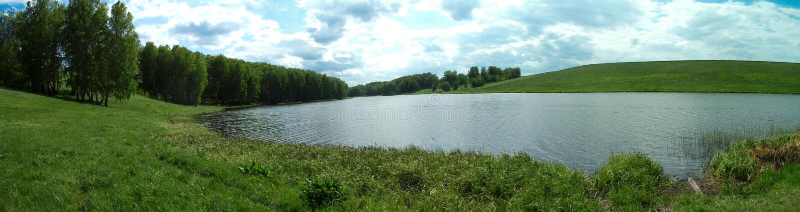 Πανόραμα ενός θερινού λιβαδιού με έναν ποταμό στοκ φωτογραφίες με δικαίωμα ελεύθερης χρήσης